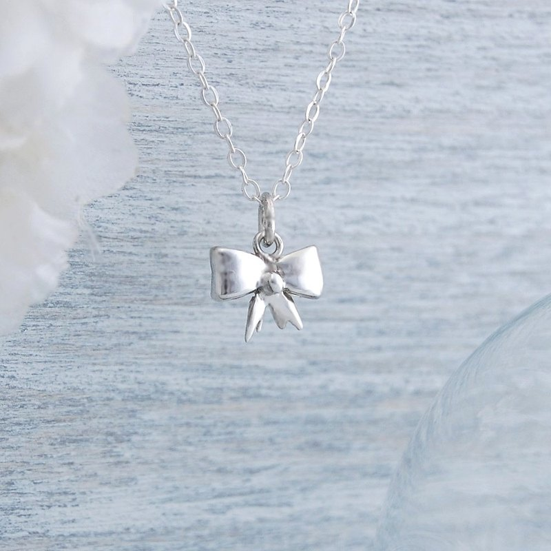 Small bow (silver necklace)