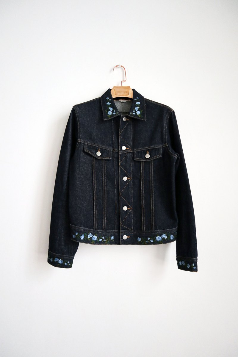 Pumpkin Vintage. Vintage blue floral embroidered denim jacket