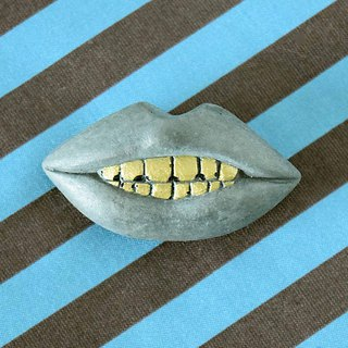 Concrete broach (Gold tooth)