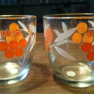 2 Vintage 8 cm glasses with white / red floral pattern 2 early taste all lovely white and red flower pattern glass