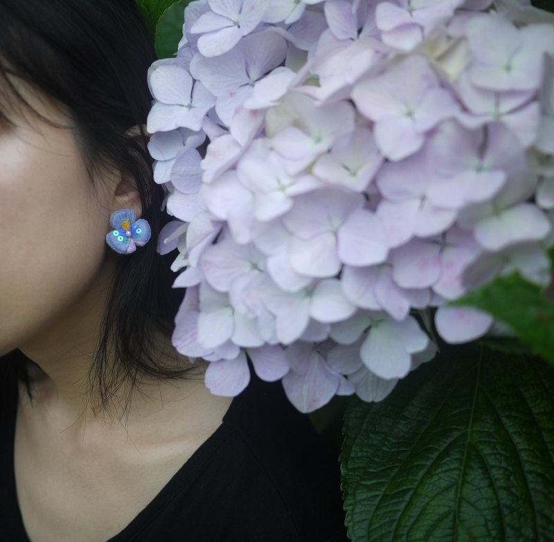 [Flower room hand embroidery] embroidery earrings