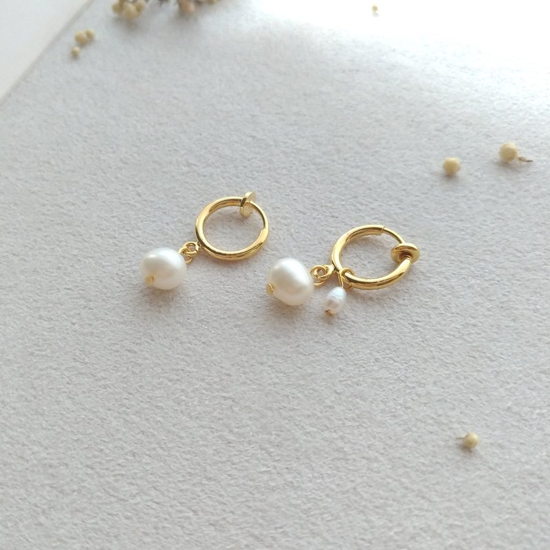E020-stick to you - brass pearl clip earrings