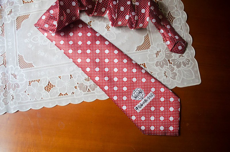 Red pop. White polka dot square print gorgeous retro satin tie #Vintage # vintage # Guan Er