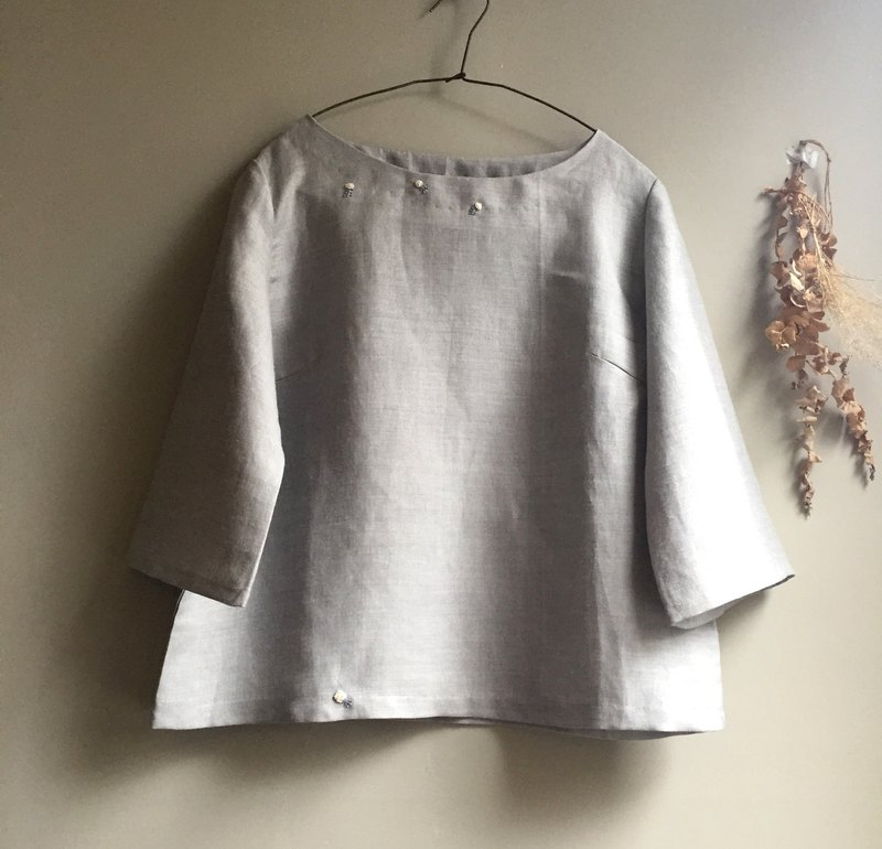 [Lovely Small Camellia] Floral Embroidered Gray Blue Flax Seamless Sleeve Top Collar (100% Ma) Designer Love is only one item