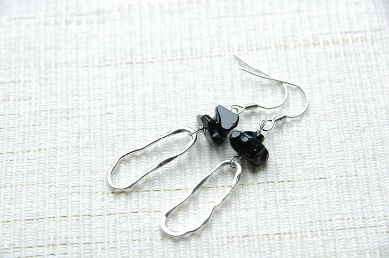 An irresistible hoop earrings onyx