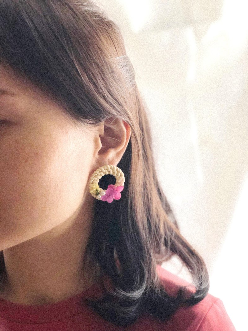 Rattan circle dried flowers earrings