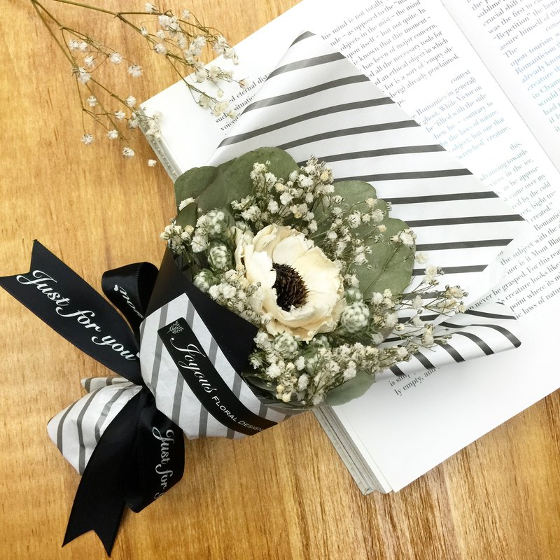 ✦ French ✦ romantic black and white diagonal lines dried bouquet / hand made small bouquet of dried flowers / bouquet Valentine's gift graduation ceremony sisters birthday gift