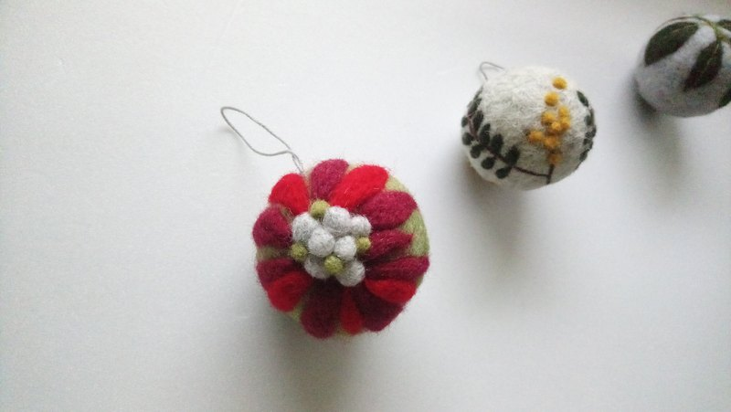 wool felt floral patterns ball for Christmas tree decoration