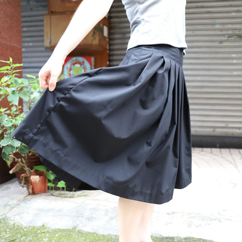 Autumn black pleated skirt