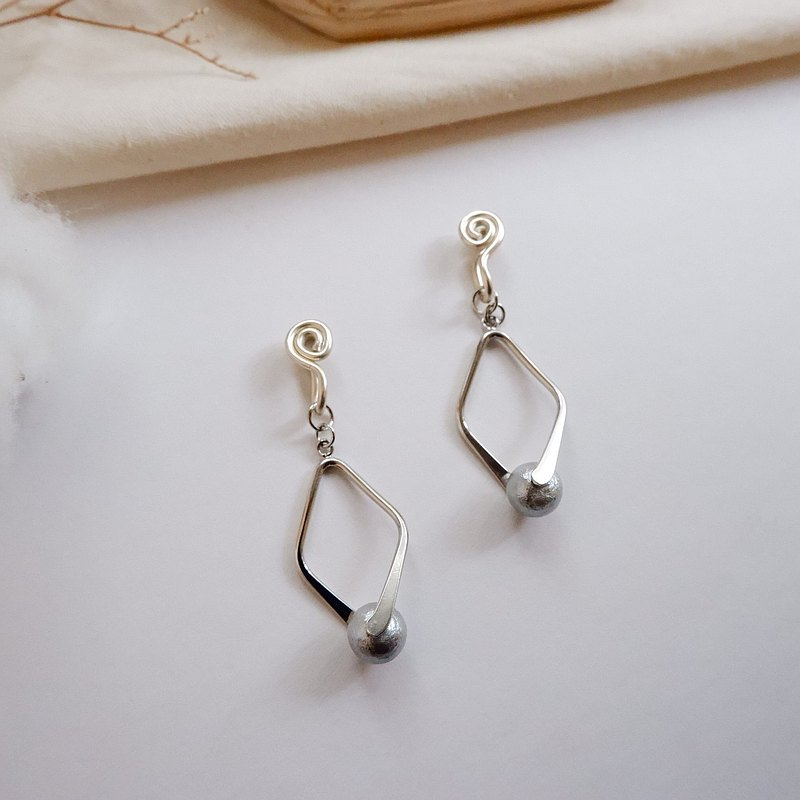 Three-dimensional ear clip earrings / gray silver cotton pearl