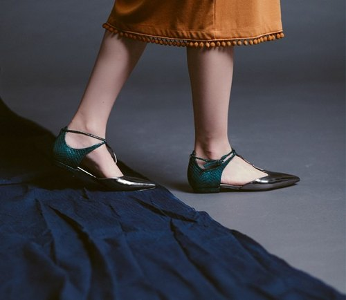 Irregular thin line around the ankle pointed a gun fight green leather flat shoes