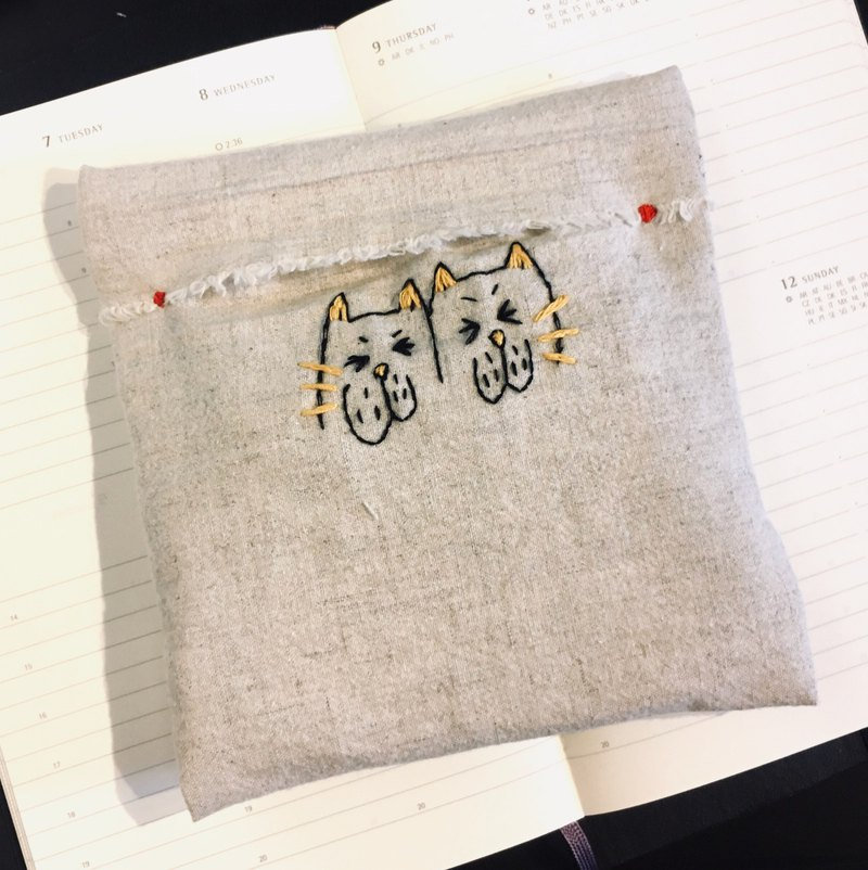 "Wanying Hsu The cat went down and sewed a hand-wrapped ""Meow Meow Pads Bag"""