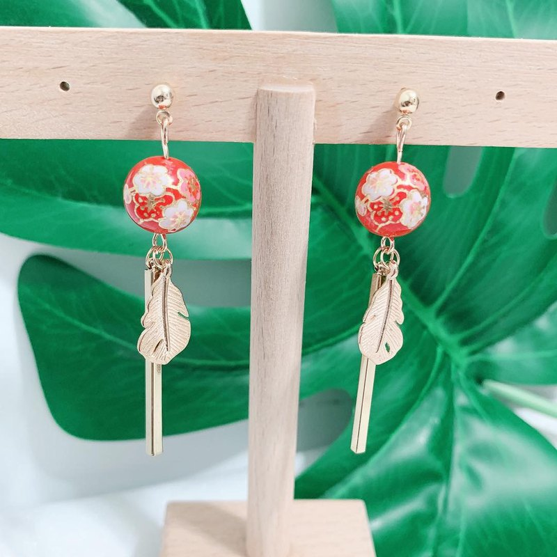 [skirt earrings. turnable ear clip] Japanese entrance painted beads with golden leaves and long earrings