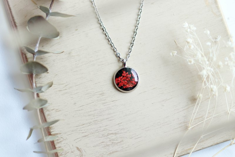 Ammi majus (Red, BG-Black) – Necklace 10 mm.