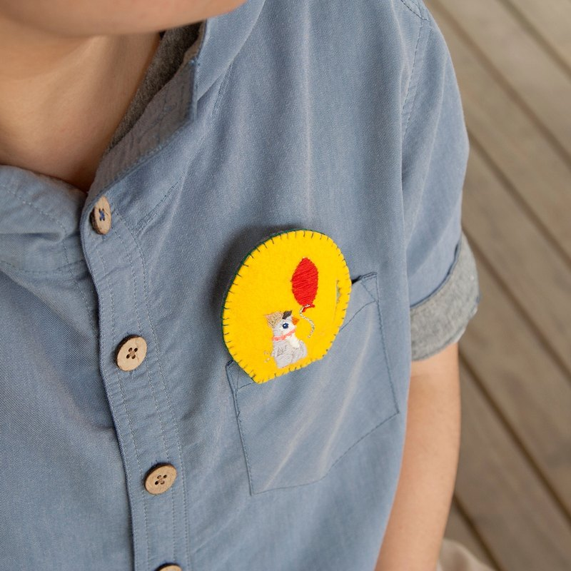 2 ways(brooches / necklace) Penguin with red balloon [hand embroidery]
