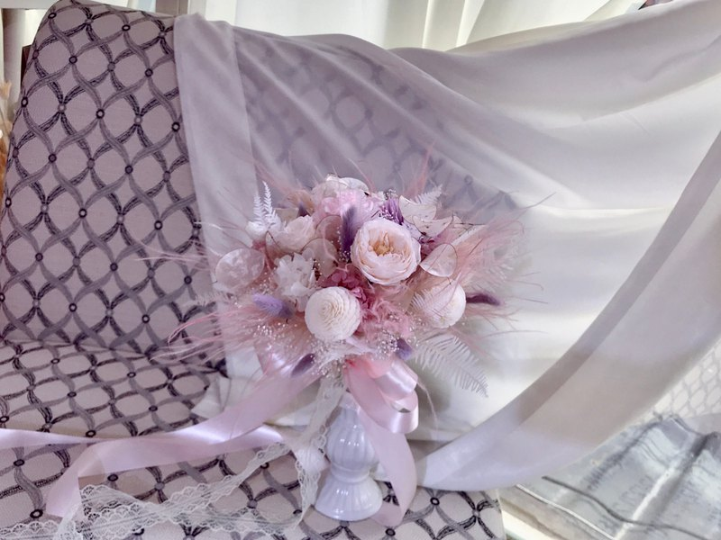 Pink feather fluttering eternal flower bouquet photo bouquet bridal bouquet