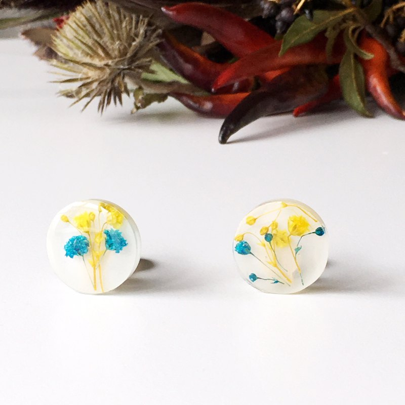 Stud earrings contained Yellow and Blue Babys breath (20mm)