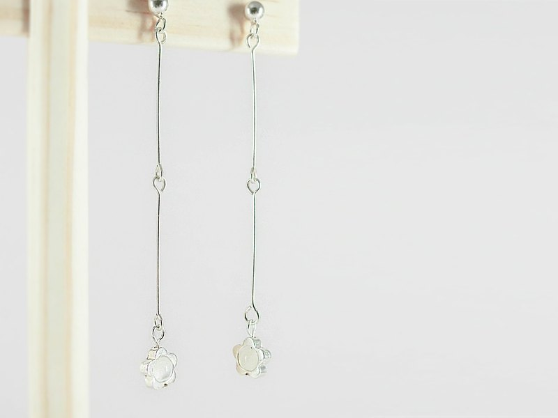 Cute simple flower natural stone beaded silver earrings │ can be changed to clip pink white unicorn 925 sterling silver Moonstone Tanabata Valentine's Day