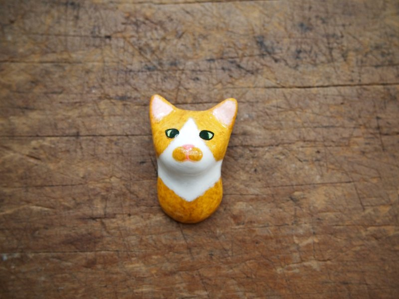 Animal brooch / yellow brown tabby cat