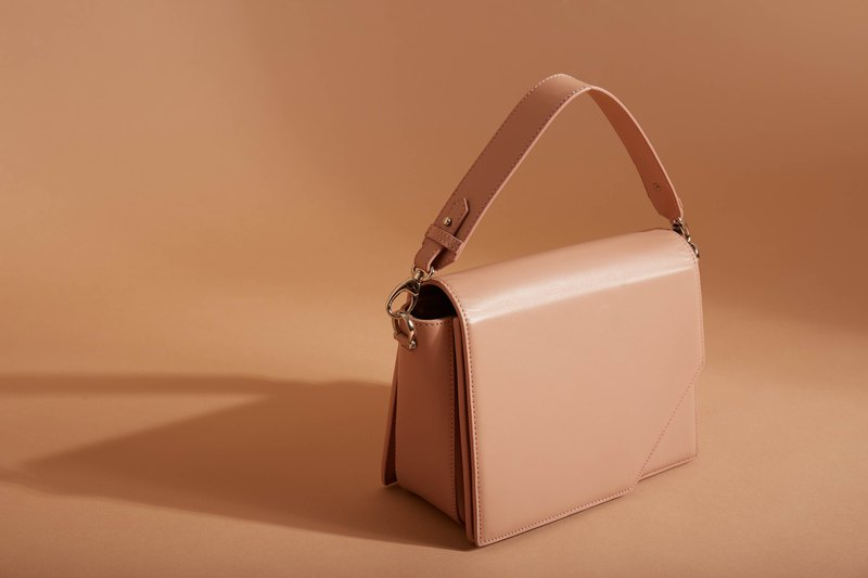 Oblique bag in ashen rose