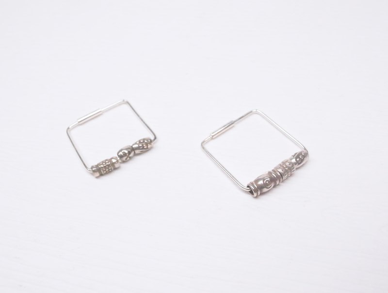Ebony [square shape silver beads silver earrings] a pair