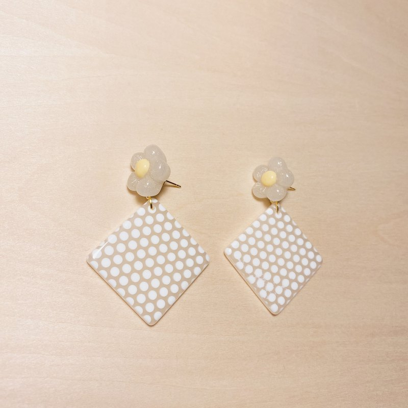 Vintage White Fatty Flower Diamond Earrings