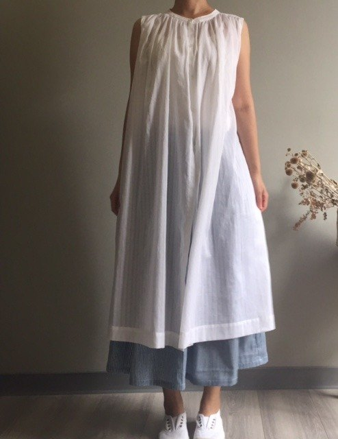 *Creek breeze*White elegant small collar open sleeveless ruffled long version of the blouse-style dress 100% cotton only one