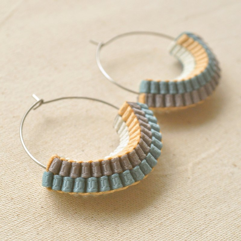 Twistable / Neutral colors / Anti-allergic / Stainless steel / Hoop earrings