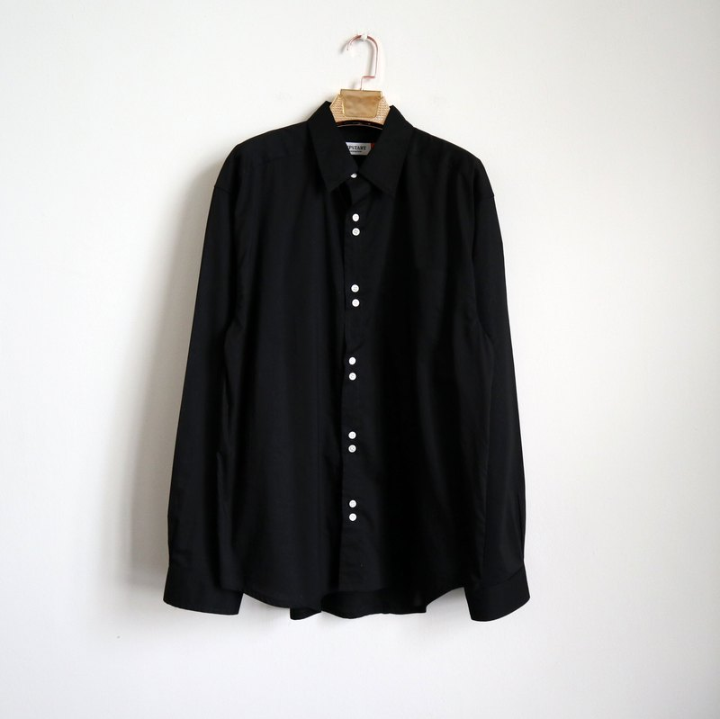 Pumpkin Vintage. Ancient black buckled cotton long-sleeved shirt