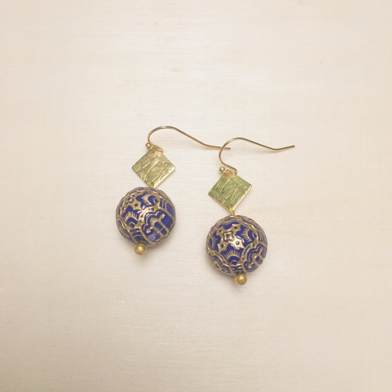 Vintage engraving sapphire blue diamond earrings