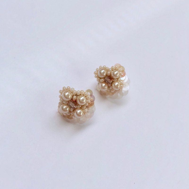Mini Pearl flower earrings White