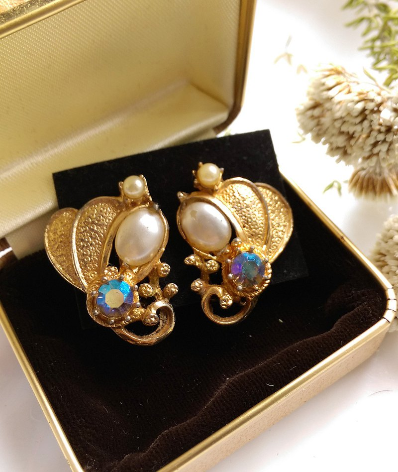 [Western antique jewelry / old age] 1970's classical wing pearl elegant clip earrings
