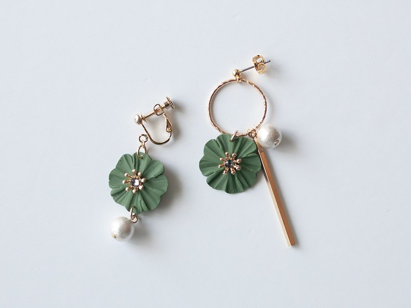 Hoop and flower earrings / earrings / khaki