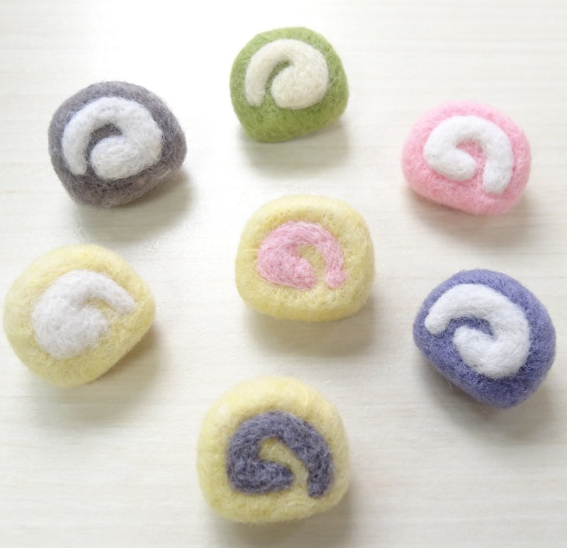 Swiss roll cake- Wool felt (Safety pin )
