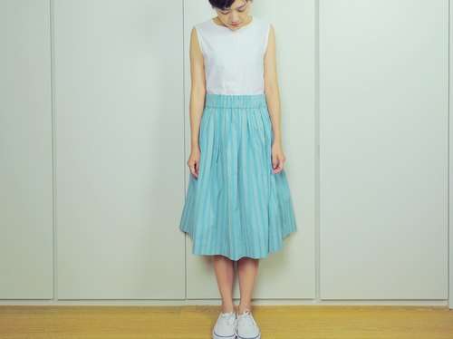 Simplified handprinted pleated skirt blue