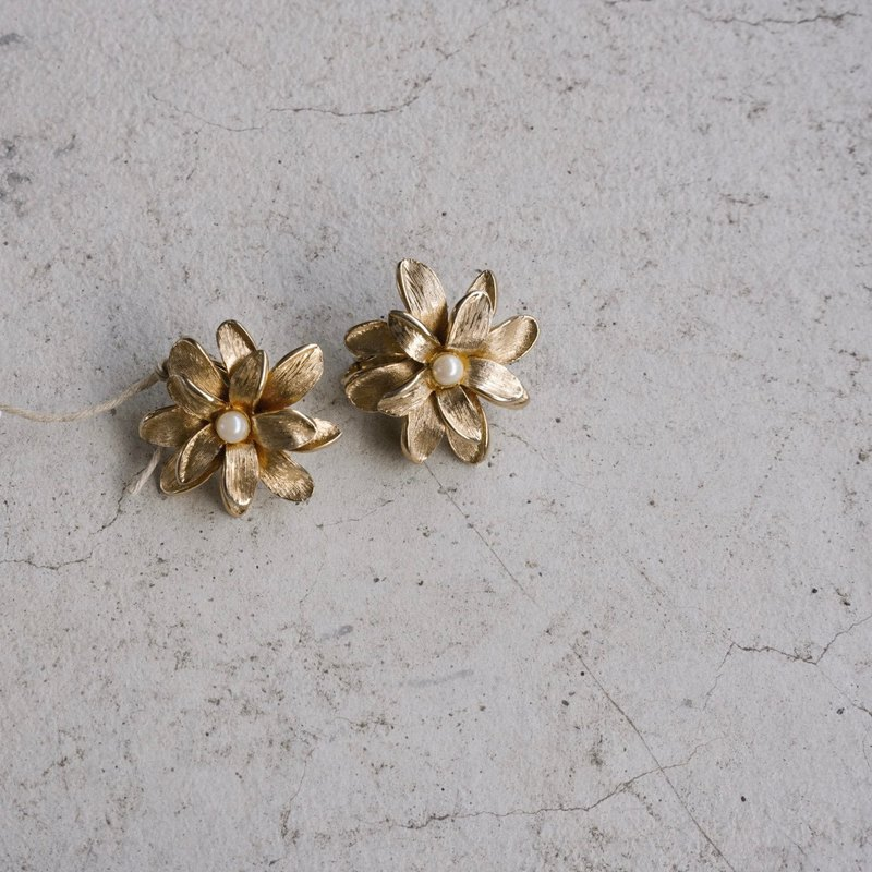 New York designer antique brand Boucher golden flower ear clip earrings