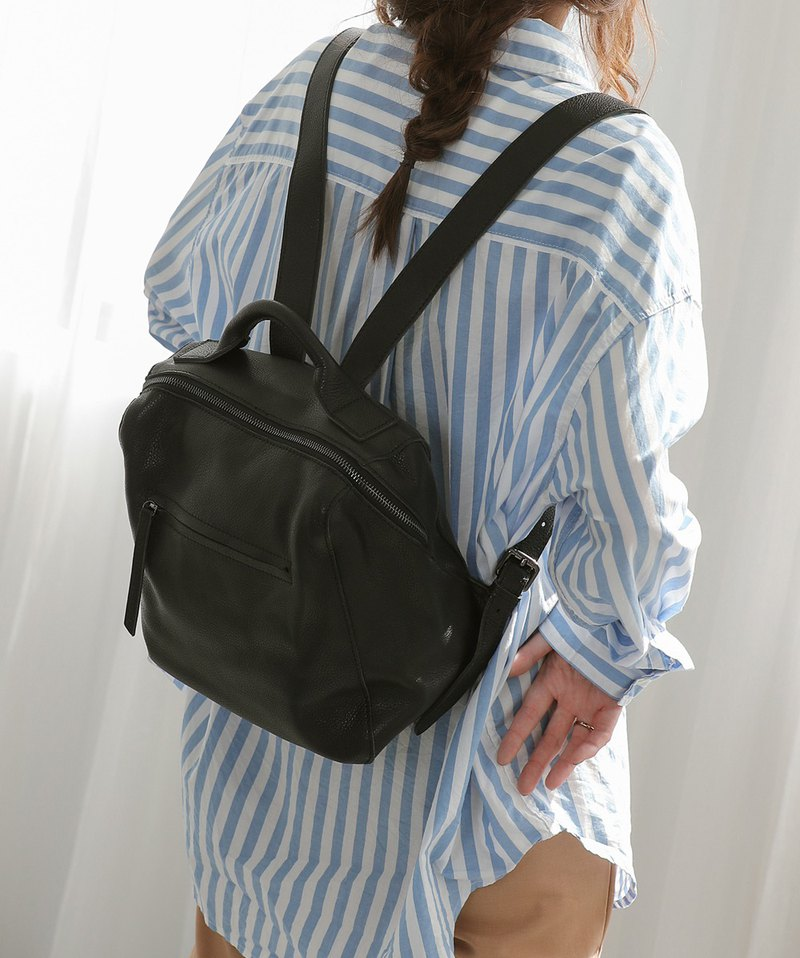 Diagonal opening design leather small box backpack black