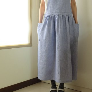 Everyday hand-made clothes live in the heart of a little girl blue and white woven wire bandage apron hemp cotton