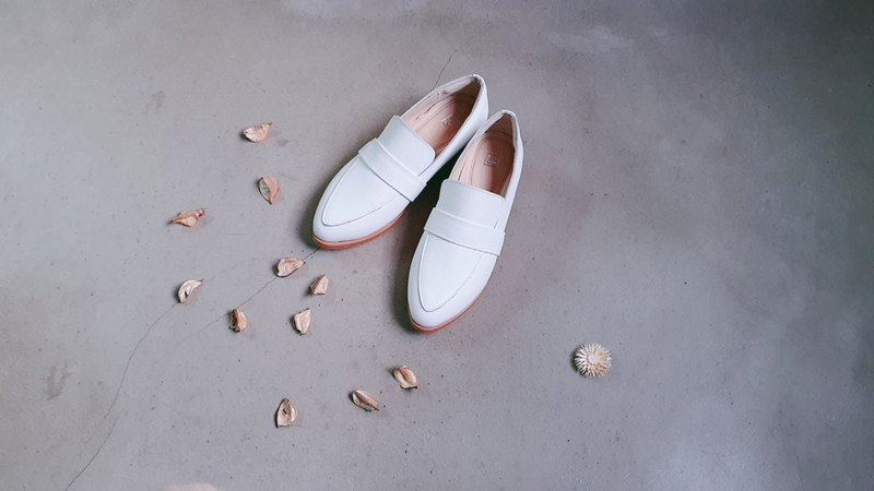 Elegant white __ full leather pointed calf leather loafers _ with Christmas packaging