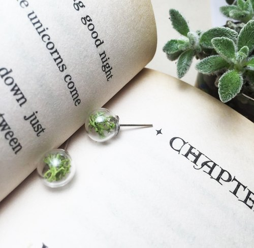 Small green △ ears, and small fresh glass ball earrings | bright green moss MOSS