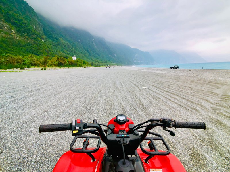 A handsome wave of clear water cliffs-a wild ATV driving experience