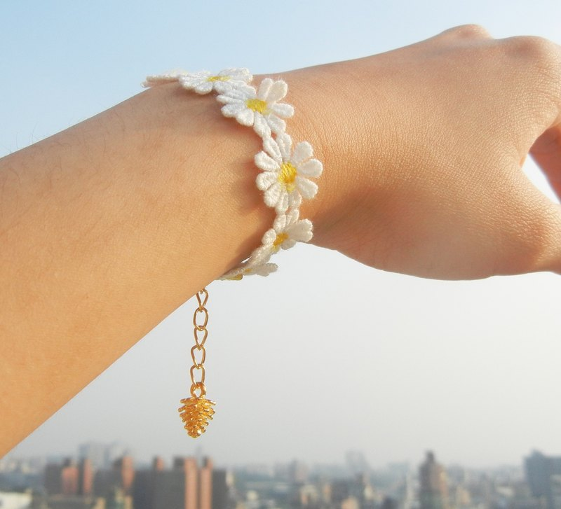 *coucoubird*yellow daisy small hazelnut bracelet