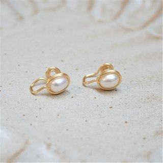 << Gold wire frame ear clip - freshwater pearl >> freshwater pearl painless ear clip (last piece)
