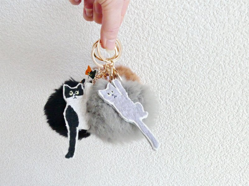 [Smiletooo ordered] Fur Ponpon Bag Charm Black Embroidered Black Cat