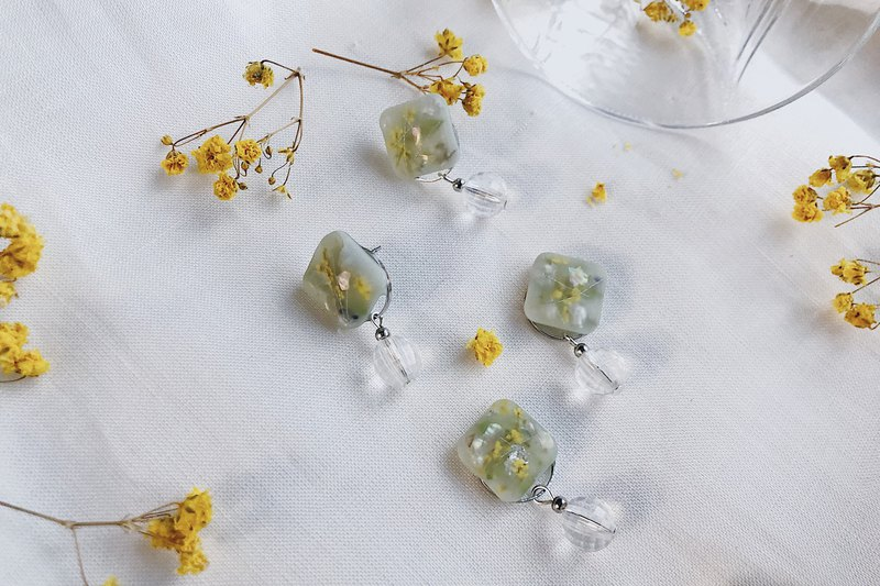 Earlobe has spring / light lemon grass resin art dry flower earrings can be changed ear clip