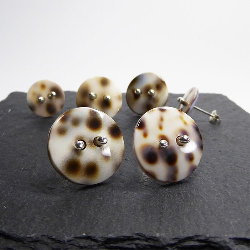 Knot ヒョウ柄の貝ボタンのピアス 18mm Tiger Shell Button Earrings.