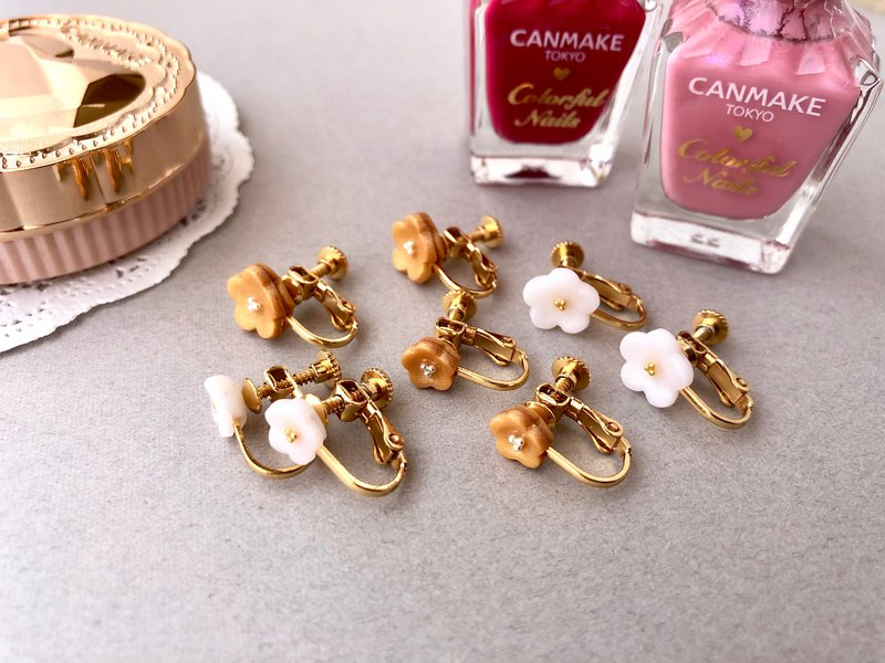 Small simple earrings of flowers White & Gold Color [Metal allergy] Daily use Business scene