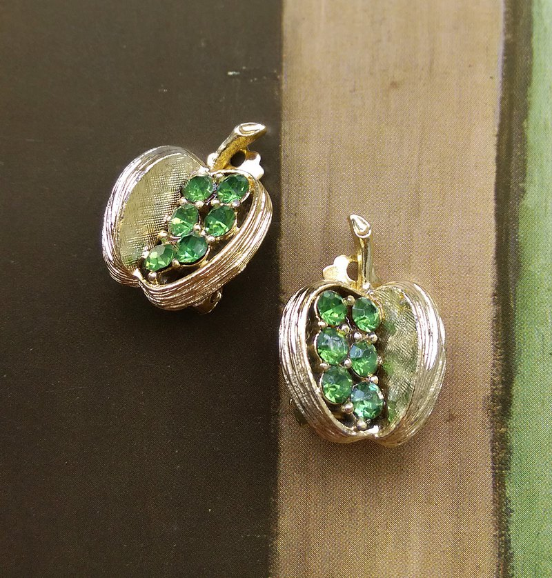 [Western antique jewelry / old age] green rhine gold apple clip earrings