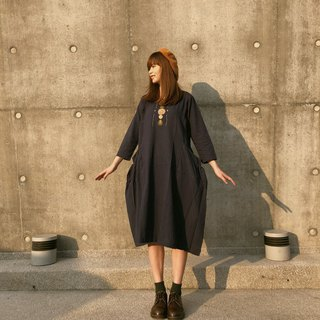 Hand-embroidered cotton and linen dress | dark blue