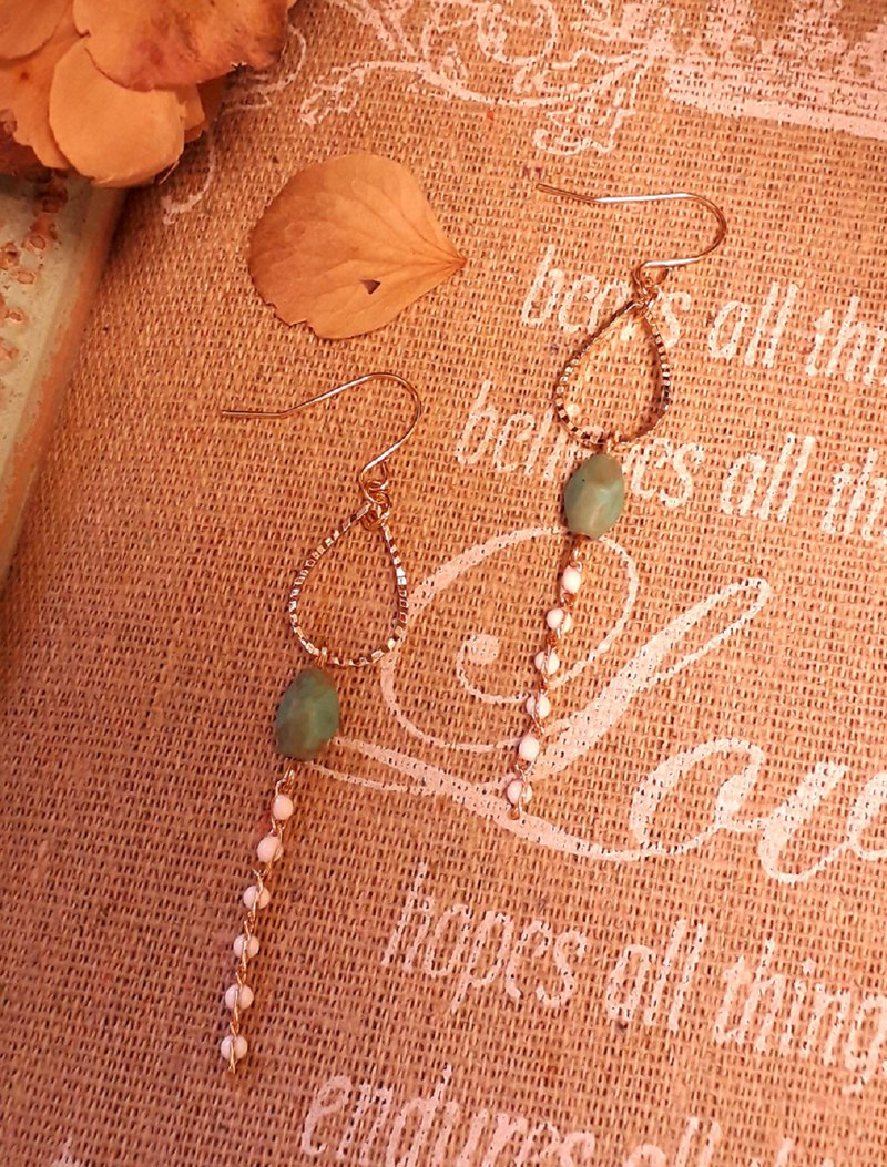 Drop-shaped carved metal frame Czech pine green glass beads white bean glaze color chain feel earrings D224